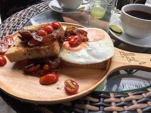 Frühstücksteller mit Eiern und Speck